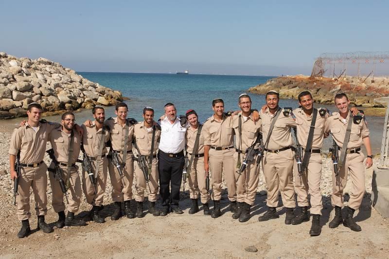 חיילי הסדר עם רב חיל הים (במרכז)|צילום: פרטי
