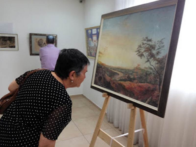 פנטון ראה בציור אומנות הבאה לבטא מחשבות, הרהורים והגיגי נפש. מבקרת בתערוכה של פנטון| צילום: ארכיון משפחתי