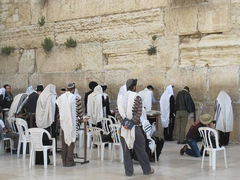 הרשויות יתמודדו עם פחות הכנסות. יהודים מתפללים|צילום: אתר pixabay.com